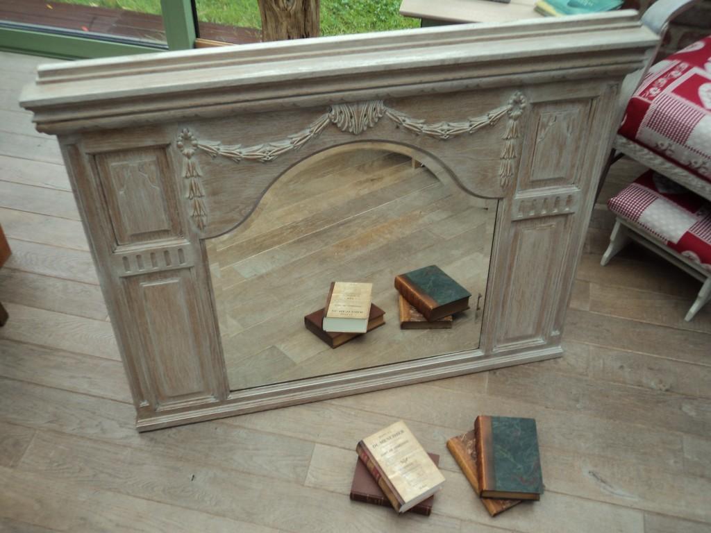 Cérusage d'un ancien dessus de lavabo en chêne. Miroir daté de 1931. Copyright: http://boisdefilboisdebout.com